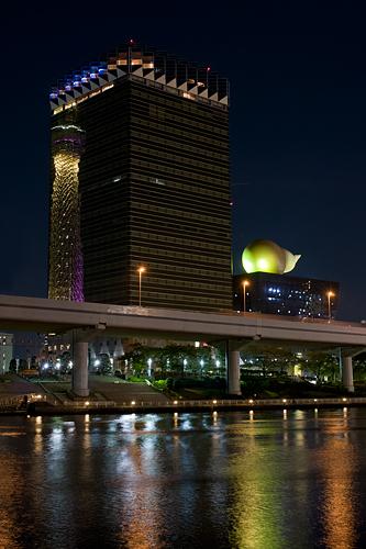 アサヒビールタワーに映るスカイツリー。
